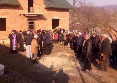 Священик замкнув ворота храму: на Буковині черговий релігійний конфлікт