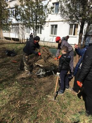 Весняна толока: жителі Чернівців цілими сім'ями виходять на суботники