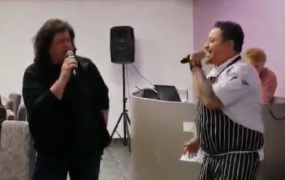 Іво Бобул у Чернівцях заспівав легендарну пісню з кухарем із Еквадору – відео