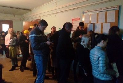 Черги й непорозуміння: у Чернівцях натовпи штурмують відділи реєстру виборців, щоби змінити місце голосування