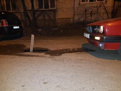 Прірва у дорожньому покритті: у Чернівцях посеред дороги утворилась яма