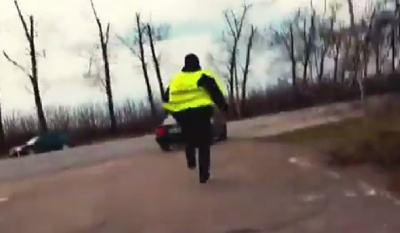 «Зжери ці бабки!»: з'явилося відео із підозрюваним у хабарництві патрульним, який втікає