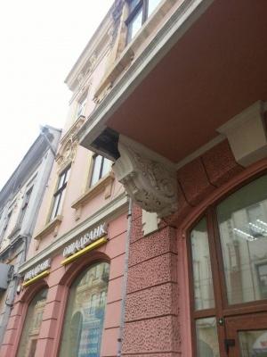 У центрі Чернівців з будинку обвалився велетенський шматок фасаду – фото