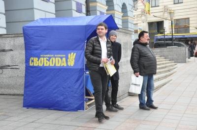У Чернівцях депутат влаштував агітацію за кандидата просто під сходами міськради – фото