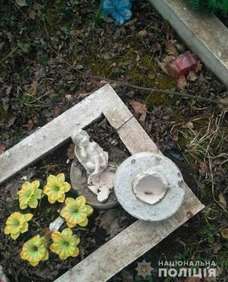 На Буковині невідомі вандали зруйнували 8 могил на сільському кладовищі