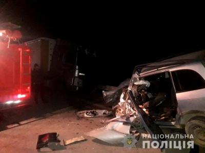У Чернівецькій області мінівен врізався у фуру, одна людина загинула