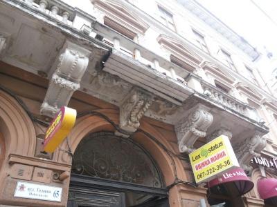 У центрі Чернівців аварійний балкон залатали дошками - фото
