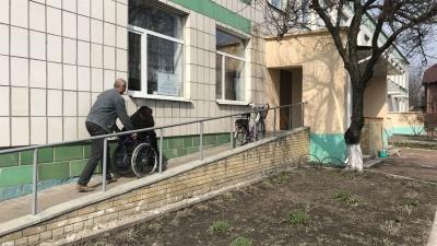 У Чернівцях активіст закликав повідомляти, чи доступні виборчі дільниці для маломобільних людей