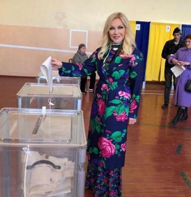 Співачка Повалій, яка втекла до Росії, прилетіла до Києва голосувати