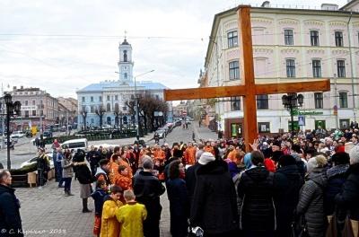 У Чернівцях УГКЦ розпочала Хресну дорогу вулицями міста – наживо