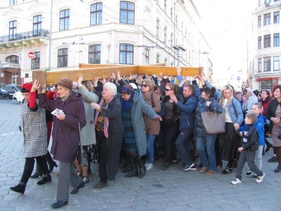 Молилися за мир в Україні: у Чернівцях у Хресній дорозі взяли участь сотні людей – фото