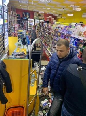 У центрі Чернівців неадекватний чоловік влаштував погром у магазині, розбивши вітрину з товаром