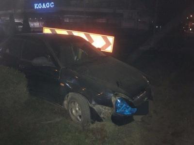Нічна ДТП: у Чернівцях п'янючий водій ВАЗу врізався у кільце біля «Туристу» – фото