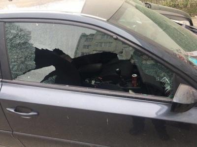 Стрілянина у Чернівцях: на вулиці Кармелюка зловмисники прострелили автівку – фото