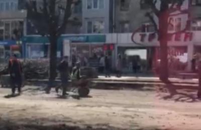 Як ремонтують дороги в Чернівцях: робітник прокатав свого колегу в тачці – курйозне відео