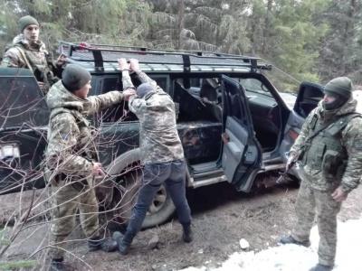 На Буковині затримали двох контрабандистів, які джипом намагались переправити цигарки до Румунії