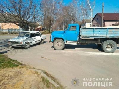 У Чернівецькій області вантажівка зіткнулась із легковиком, є травмовані