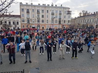 У центрі Чернівців сотні людей прийшли на масову ранкову зарядку – відео