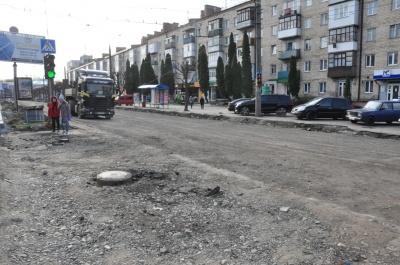 У Чернівцях на проспекті розширюють смугу для транспорту – фото