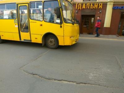 На вулиці у центрі Чернівців утворився небезпечний для автівок «трамплін» – відео