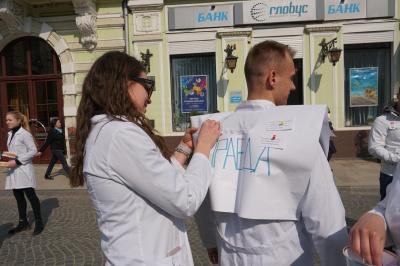 Як правильно чистити зуби та надавати першу допомогу: студенти-медики провели інтерактивний квест