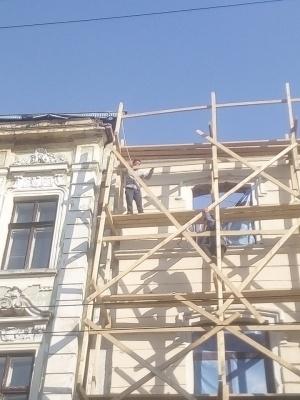 У центрі Чернівців молодик намагався накласти на себе руки – фото