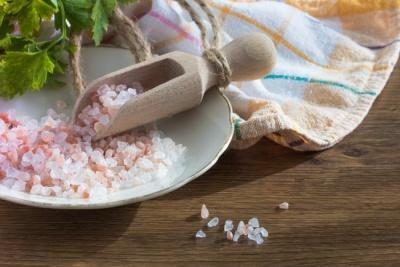 Послаблює кістки і викликає ожиріння: чому потрібно їсти менше солі