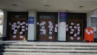 «Стоп Бешлей»: у Чернівцях група активістів обліпила наклейками двері двох департаментів