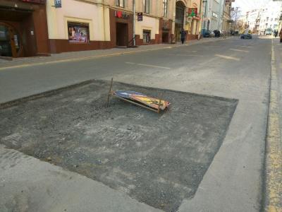 У центрі Чернівців розкопали частину вулиці, де раніше утворився «трамплін»