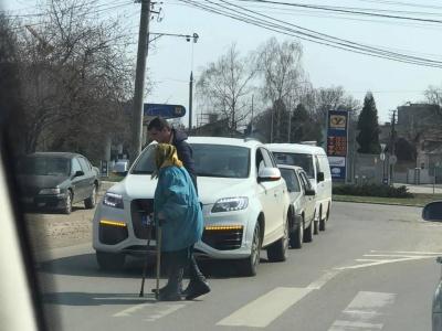Зворушлива історія: у Чернівцях водій зупинив авто, щоб допомогти бабусі перейти дорогу