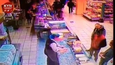 В супермаркеті невідомий одним ударом вбив чоловіка – відео