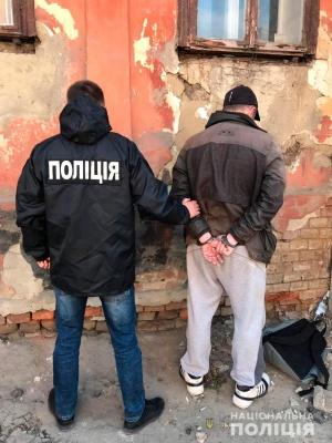 У Чернівцях затримали двох чоловіків, що обкрадали квартири - фото
