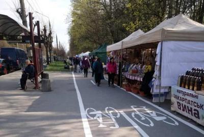 У Чернівцях на тротуарі біля нових велодоріжок з'явились торгові намети – фото