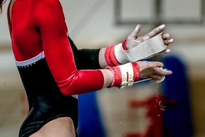 Через жорстке приземлення гімнастка зламала обидві ноги - відео