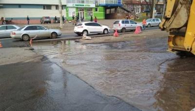 У Чернівцях затопило частину проспекту Незалежності, на якій триває ремонт
