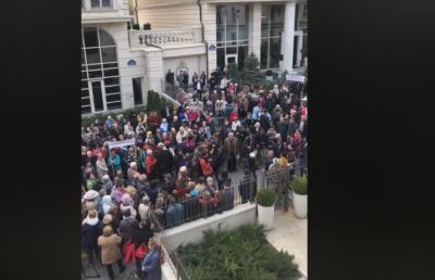 Під офісом Зеленського у Києві зібрався натовп
