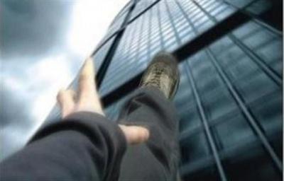 У Чернівцях юнак випав з балкону 5 поверху і вижив