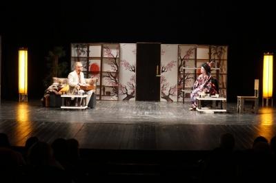 «Я куплю тобі Мальдіви»: київський театр привіз до Чернівців яскраву комедію – фото
