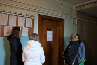 «Людей приходить набагато менше»: у Чернівцях виборці вдруге змінюють місце голосування