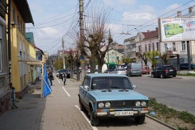 У Чернівцях з'явились перші веломаршрути, але на них паркуються водії – фото