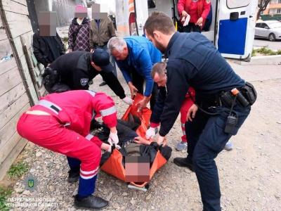 У Чернівцях патрульні врятували непритомного чоловіка