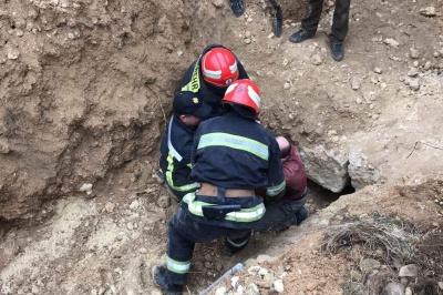 На Буковині врятували чоловіка, якого засипало на піщаному кар'єрі - фото