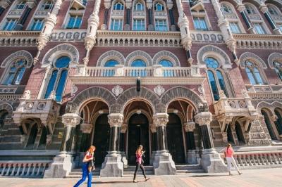 У п'ятницю в Україні подорожчають долари та євро