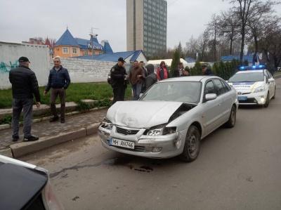 У Чернівцях «євробляха» кількасот метрів протягнула чоловіка на капоті: водій намагався втекти