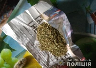 Сімейна сварка: на Буковині жінка зізналася поліції, що чоловік зберігає наркотики