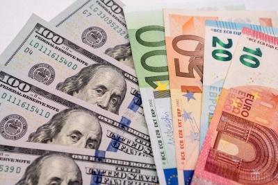 Українці скуповують більше валюти, ніж продають