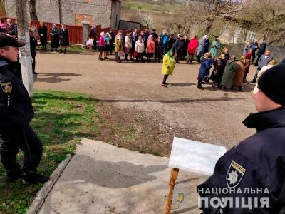 Молилися на дорозі: на Буковині стався конфлікт між релігійними громадами