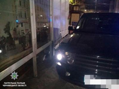 У центрі Чернівців п'яний водій джипа протаранив вітрину магазину – фото