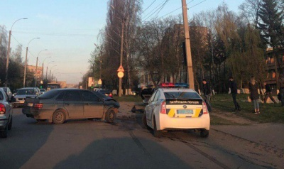 У Чернівцях зіткнулись два легковики, одну особу госпіталізовано – фото