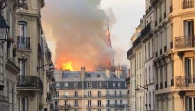 Пожежа в Нотр-Дамі: обвалився шпиль собору – відео